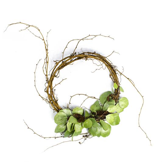 Vkusný jednoduchý věnec s eukalyptem