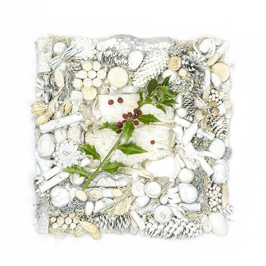 Křehký bílý rámeček se snítkem cesmíny  1
