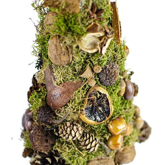 Skromný stromek z mechu a přírodních plodů  2
