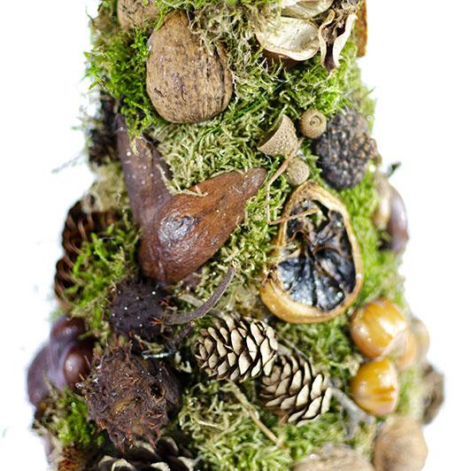 Skromný stromek z mechu a přírodních plodů  5