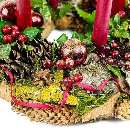 Stylový adventní věnec s tmavě červenými vánočními ozdobami 2