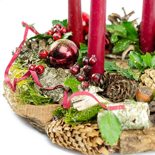 Stylový adventní věnec s tmavě červenými vánočními ozdobami 4