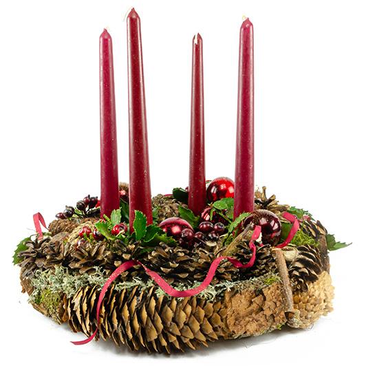 Stylový adventní věnec s tmavě červenými vánočními ozdobami 5