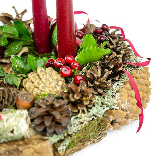 Stylový adventní věnec s tmavě červenými vánočními ozdobami 6