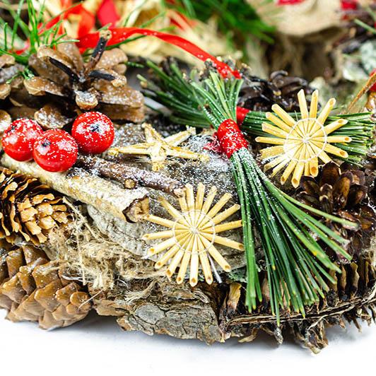 Tradiční adventní věnec se skřítkem, muchomůrkami a slaměnými ozdobami 2