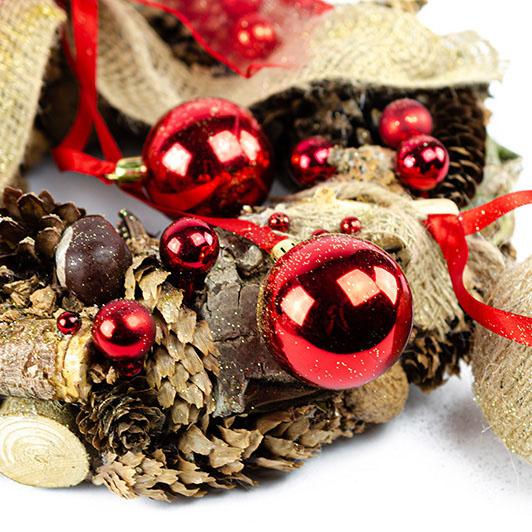 Vánoční přírodní věnec se zavěšenými koulemi a jutovou mašlí 1