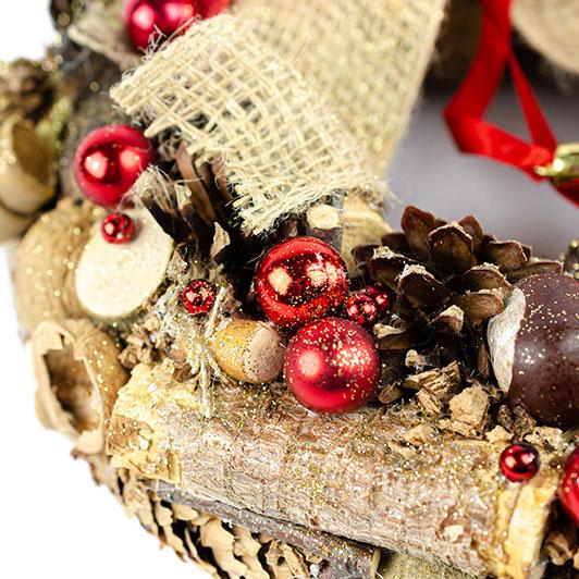 Vánoční přírodní věnec se zavěšenými koulemi a jutovou mašlí 3