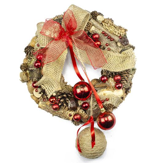 Vánoční přírodní věnec se zavěšenými koulemi a jutovou mašlí