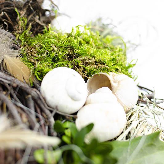 Jarní věnec se smetanovými dekoracemi 4