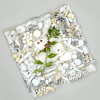 Křehký bílý rámeček se snítkem cesmíny