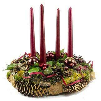 Stylový adventní věnec s tmavě červenými vánočními ozdobami